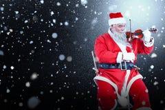 Σύνθετη εικόνα του χαμόγελου του βιολιού παιχνιδιού Άγιου Βασίλη στην καρέκλα Στοκ Εικόνα