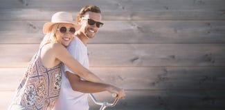 Σύνθετη εικόνα του χαριτωμένου ζεύγους σε μια ψηφιακή σύνθετη εικόνα γύρου ποδηλάτων Στοκ φωτογραφία με δικαίωμα ελεύθερης χρήσης