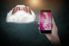 Σύνθετη εικόνα του χεριού που κρατά το κινητό τηλέφωνο στο μαύρο κλίμα Στοκ Φωτογραφία