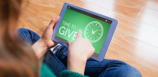 Σύνθετη εικόνα του χρόνου να δοθεί το κείμενο με το εικονίδιο ρολογιών στην πράσινη οθόνη Στοκ Φωτογραφίες