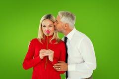 Σύνθετη εικόνα του όμορφου ατόμου που δίνει στη σύζυγό του ένα φιλί στο μάγουλο Στοκ Φωτογραφία