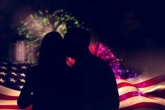 Σύνθετη εικόνα του όμορφου ατόμου που δίνει στη σύζυγό του ένα φιλί στο μάγουλο Στοκ φωτογραφία με δικαίωμα ελεύθερης χρήσης