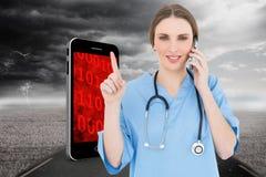 Σύνθετη εικόνα του όμορφου τηλεφωνήματος γιατρών γυναικών και της υπόδειξης με το δάχτυλό της Στοκ Φωτογραφίες