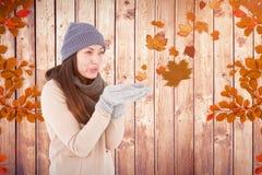 Σύνθετη εικόνα του όμορφου φυσώντας φιλιού brunette Στοκ φωτογραφίες με δικαίωμα ελεύθερης χρήσης