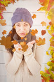 Σύνθετη εικόνα του όμορφου brunette που χαμογελά στη κάμερα και το φυσώντας φιλί Στοκ Εικόνα