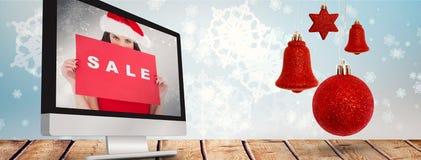 Σύνθετη εικόνα του brunette στο κόκκινο σημάδι πώλησης εκμετάλλευσης φορεμάτων Στοκ Φωτογραφίες