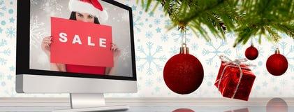Σύνθετη εικόνα του brunette στο κόκκινο σημάδι πώλησης εκμετάλλευσης φορεμάτων Στοκ φωτογραφία με δικαίωμα ελεύθερης χρήσης
