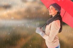 Σύνθετη εικόνα του brunette χαμόγελου που κρατά την κόκκινη ομπρέλα Στοκ φωτογραφίες με δικαίωμα ελεύθερης χρήσης
