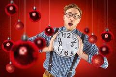 Σύνθετη εικόνα του geeky επιχειρηματία που κρατά ένα ρολόι Στοκ εικόνα με δικαίωμα ελεύθερης χρήσης