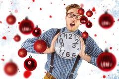 Σύνθετη εικόνα του geeky επιχειρηματία που κρατά ένα ρολόι Στοκ φωτογραφίες με δικαίωμα ελεύθερης χρήσης