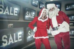 Σύνθετη εικόνα του santa και της κας Claus που χαμογελούν στη κάμερα Στοκ φωτογραφία με δικαίωμα ελεύθερης χρήσης
