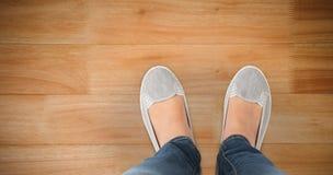 Σύνθετη εικόνα των άνετα ντυμένων ποδιών της γυναίκας Στοκ Φωτογραφία