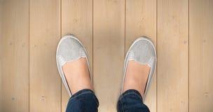 Σύνθετη εικόνα των άνετα ντυμένων ποδιών της γυναίκας Στοκ Εικόνα