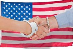 Σύνθετη εικόνα των δεμένων με χειροπέδες επιχειρηματιών που τινάζουν τα χέρια Στοκ Εικόνες