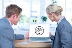 Σύνθετη εικόνα των επιχειρηματιών που εξετάζουν την κενή οθόνη του lap-top Στοκ φωτογραφία με δικαίωμα ελεύθερης χρήσης