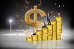 Σύνθετη εικόνα των επιχειρηματιών στο σωρό των νομισμάτων Στοκ φωτογραφία με δικαίωμα ελεύθερης χρήσης