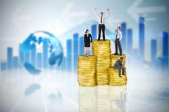 Σύνθετη εικόνα των επιχειρηματιών στο σωρό των νομισμάτων Στοκ Εικόνες