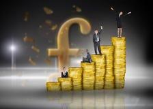 Σύνθετη εικόνα των επιχειρηματιών στο σωρό των νομισμάτων Στοκ εικόνες με δικαίωμα ελεύθερης χρήσης