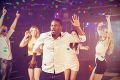 Σύνθετη εικόνα των εύθυμων φίλων που χορεύουν χαρωπά στοκ εικόνες
