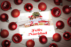 Σύνθετη εικόνα των μπιχλιμπιδιών Χριστουγέννων στον πίνακα Στοκ εικόνες με δικαίωμα ελεύθερης χρήσης