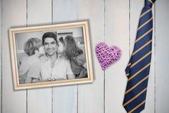 Σύνθετη εικόνα των παιδιών που φιλούν στα μάγουλα πατέρων στοκ φωτογραφία