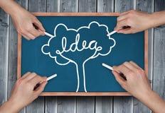 Σύνθετη εικόνα των πολλαπλάσιων χεριών που σύρουν το δέντρο ιδέας με την κιμωλία Στοκ Εικόνες
