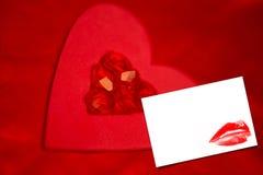 Σύνθετη εικόνα των ρουμπινιών και της κόκκινης καρδιάς εγγράφου Στοκ Εικόνες