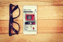 Σύνθετη εικόνα των φούρνων μικροκυμάτων για την πώληση που επιδεικνύεται στην οθόνη συσκευών Στοκ Φωτογραφία