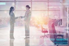 Σύνθετη εικόνα δύο επιχειρηματιών που τινάζουν τα χέρια Στοκ Φωτογραφίες