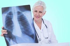 Σύνθετη τρισδιάστατη εικόνα του πορτρέτου του χαμογελώντας θηλυκού γιατρού που εξετάζει τη θωρακική ακτίνα X Στοκ φωτογραφίες με δικαίωμα ελεύθερης χρήσης