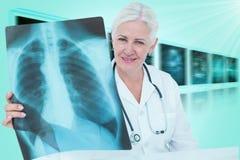 Σύνθετη τρισδιάστατη εικόνα του πορτρέτου του χαμογελώντας θηλυκού γιατρού που εξετάζει τη θωρακική ακτίνα X Στοκ Φωτογραφία