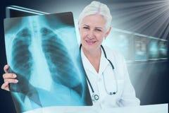Σύνθετη τρισδιάστατη εικόνα του πορτρέτου του χαμογελώντας θηλυκού γιατρού που εξετάζει τη θωρακική ακτίνα X Στοκ φωτογραφία με δικαίωμα ελεύθερης χρήσης