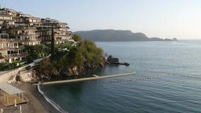 Σύνθετοι κήποι Dukley ξενοδοχείων πολυτελείας σε Budva, Μαυροβούνιο μεγάλος απόθεμα βίντεο