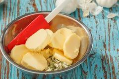 Σύνθετο βουτύρου φρέσκο πράσινο κρεμμύδι λεμονιών σκόρδου κορίανδρου χορταριών συστατικών Στοκ Φωτογραφίες