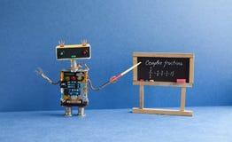 Σύνθετο μάθημα μερών math Ο δάσκαλος ρομπότ μαθηματικών με το δείκτη εξηγεί τη χειρόγραφη άσκηση παραδείγματος στο Μαύρο Στοκ Φωτογραφία