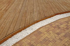 Σύνθετο ξύλινο Decking, άσπρο μαρμάρινο αμμοχάλικο και πέτρινο τούβλο Pavi στοκ φωτογραφία
