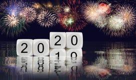 Σύνθετο των πυροτεχνημάτων για το νέο υπόβαθρο έτους 2020 στοκ εικόνα