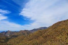 Σύννεφα βουνών από την έρημο στοκ φωτογραφίες