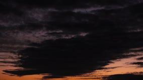 Σύννεφα βραδιού θύελλας χρονικού σφάλματος που κινούνται πέρα από τον τομέα φιλμ μικρού μήκους