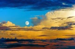 Σύννεφα βροντής σωρειτών που εξισώνουν το φεγγάρι ουρανού ηλιοβασιλέματος Στοκ Εικόνες