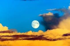 Σύννεφα βροντής σωρειτών που εξισώνουν το φεγγάρι ουρανού ηλιοβασιλέματος Στοκ φωτογραφίες με δικαίωμα ελεύθερης χρήσης