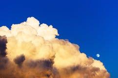 Σύννεφα βροντής σωρειτών που εξισώνουν το φεγγάρι ουρανού ηλιοβασιλέματος Στοκ εικόνες με δικαίωμα ελεύθερης χρήσης