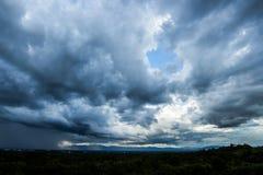 σύννεφα βροχής ουρανού βροντής strom και θλιβερός ουρανός σε γραπτό στοκ εικόνες