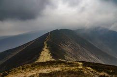 Σύννεφα βροχής πέρα από την κορυφογραμμή βουνών στοκ εικόνες