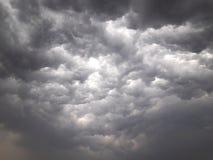 Σύννεφα βροχής πέρα από τον ουρανό στοκ φωτογραφία
