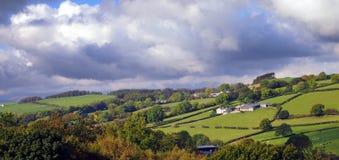 Σύννεφα βροχής πέρα από το καλλιεργήσιμο έδαφος στοκ φωτογραφίες με δικαίωμα ελεύθερης χρήσης
