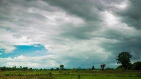 Σύννεφα βροχής που κινούνται στον ουρανό πέρα από τον τομέα ορυζώνα απόθεμα βίντεο