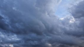 Σύννεφα βροχής που κινούνται στον ουρανό, πλήρες HD βίντεο χρονικού σφάλματος απόθεμα βίντεο