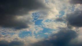 Σύννεφα βροχής, timelapse Όμορφο cloudscape με τα μεγάλους σύννεφα και τον ήλιο πίσω Λάμποντας ήλιος που σπάζει τελικά κατευθείαν φιλμ μικρού μήκους