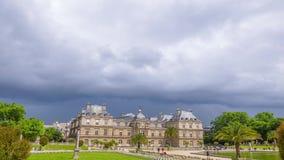 Σύννεφα δυνατής βροχής πέρα από το λουξεμβούργιο παλάτι στο Παρίσι Χρονικό σφάλμα απόθεμα βίντεο